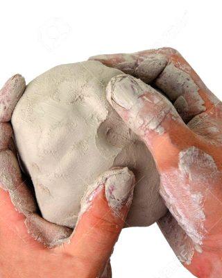 16460606-Una-imagen-de-las-manos-con-una-bola-de-arcilla-en-los-Foto-de-archivo